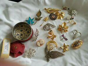 MIXED LOT VINTAGE 24 BROOCHES,STICK PINS,SPHINX AND MORE