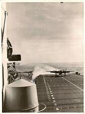 PHOTO MARINE MILITAIRE BOMBARDIER SUR PORTE-AVION CORAL SEA FORMAT 18 x 24 cm