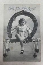 AK Neujahrskarte Fotokunst Kind Junge mit Hufeisen gel. 1917