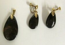 VINTAGE BLOOD STONE BLACK RED PENDANT MATCHING EARRING SCREW BACK GOLD TONE
