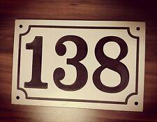 Haus Nummer 138 Schild