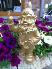 NAIN au doigt d honneur couleur or , statue d un nain de jardin . nouveau  !