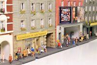 Spur N Diorama Häuserzeile mit 7 Stadthäusern viele Figuren fertig aufgebaut