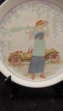 Plat a tarte en porcelaine Pillivuyt à décor de femme années 20 et voiture