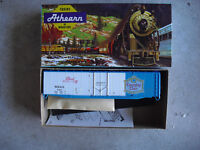 Vintage HO Scale Athearn Pearl Brewing Co 50 Ft Plug Door Box Car Kit NIB 1332
