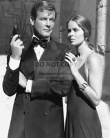 "ROGER MOORE & BARBARA BACH IN ""THE SPY WHO LOVED ME"" - 8X10 PHOTO (AA-757)"