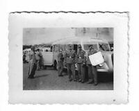 Foto, Soldatengruppe in Uniform, Mütze, Abzeichen, Omnibuse,