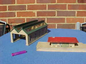 VINTAGE HORNBY MECCANO WOODEN RAILWAY ENGINE SHED & STATION