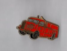 Pin's pompier / camion (signé Ballard dévidoir automobile pompe Laffly 1943)