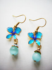 Ohrringe von LES NEREIDES blaues Stiefmütterchen Perle blaues Katzenauge Gold