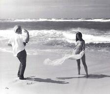 """FOTOGRAF MIT ATTRAKTIVEM MODELL AM NUDISTEN STRAND FKK * 60s """"L"""" US Vintage"""