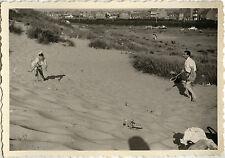 PHOTO ANCIENNE - VINTAGE SNAPSHOT - SPORT BADMINTON PLAGE SABLE JEU - BEACH GAME