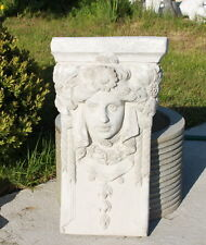 Statue murale, bas-relief en pierre reconstituée- tête de déesse ornée de fleurs