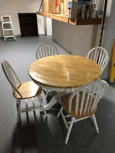 RoundKitchen Table with White Natural Wood EXCELENT CONDITION