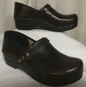 Sanita Brown Leather Clogs Strap And Snaps Size 40 Professional Comfortable Shoe