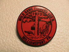 1973 WILD GAME FEEDERS WILLIAMSPORT PENNSYLVANIA CLUB GUN HUNTING FISHING PIN