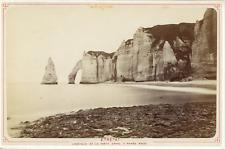 France, Étretat, l'Aiguille et la porte d'Aval à marée basse, vue pano
