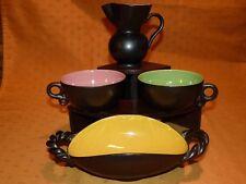 Petit lot de faïence bicolore noir & couleur : pichet, plat & 2 tasses Années 50