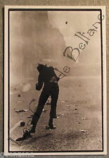 Carte postale Mai 68 Gilles Caron Gamma manifestant lancant  pavé    postcard