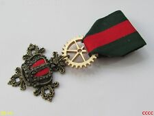 Steampunk gothic badge brooch pin drape Medal red green bronze crown