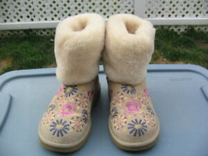 Ugg Autralia Chestnut Shearling Floral Ankle Boot 1002164 women size 7 - NEW