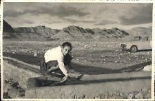 Snapshot jeune fille accroupie décembre 1959 Tunisie bacs en pierre avec eau