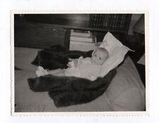 PHOTO ANCIENNE Jeu Doll Toy Bébé Lit Fourrure Donald Jouet Vers 1960 Oreiller