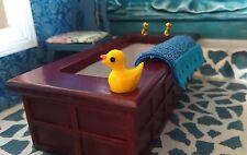 6169 - Süße Badeente Quietsche-Ente für Puppenhaus Puppenstube, 1:12