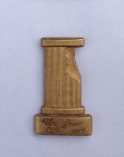 Pin's pin PINS PARFUM NINA RICCI UN JOUR AILLEURS Locomobile  (ref 061)