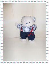 ♪ - Doudou Peluche Ours Blanc Pantalon Bleu Haut à Carreaux Bretelles Grelot ABC