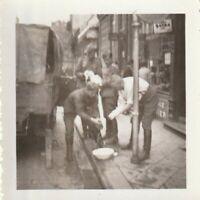 2X Foto Wehrmacht-Soldaten beim Waschen und Grillen