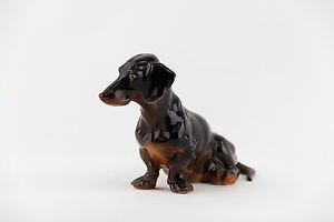 HEREND, DACHSHUND DACKEL DOG SITTING, HANDPAINTED PORCELAIN FIGURINE ! (P091)