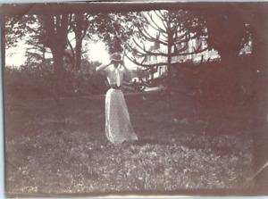 Une jeune fille dans un parc de château Vintage silver print Tirage argentique