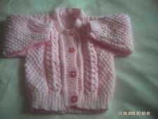 HAND Knitted BABY GIRL'S Rosa Cardigan Taglia 0-3 mesi.