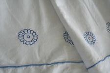 drap ancien en toile métis N° 479,brodé fleurs bleues  286 x 228cm