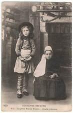 Postal Costumes Bretons. Les petits Fiancés Bretons