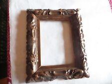 Très vieux cadre en bois ciselé brun – traces d'usage -  Hauteur : 27,3 cm Large