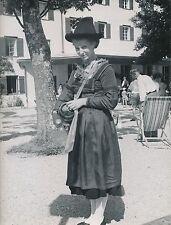 PERTISAU c. 1960 - Tyrolienne vendant du Schnaps Tyrol  Autriche - Div 5822