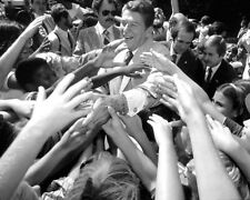 RONALD REAGAN GREET SUPPORTERS IN COLUMBIA, S.C. - 8X10 PHOTO (FB-355)