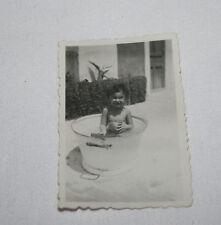 FOTOGRAFIA ANTIGUA, NIÑO O NIÑA BAÑANDOSE EN UN BARREÑO, AÑOS 30-40, FOTO