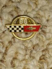 1986 CORVETTE HAT PIN LAPEL PIN TIE TAC ÇHEVY CROSSED FLAGS GM DELCO REMY