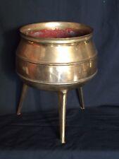 Chaudron tripode en bronze , très ancien .