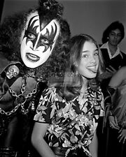 """GENE SIMMONS OF """"KISS"""" & BROOKE SHIELDS IN 1979 - 8X10 PUBLICITY PHOTO (BB-440)"""