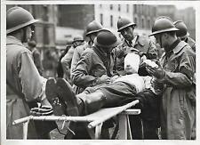 PHOTO PRESSE LAPI Paris 1943 +Exercices, transport d'un blessé, civière, CASQUES