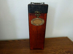 VINTAGE WOOD AND BRASS SINGLE LIQUOR BOTTLE STORAGE BOX WITH LATCH