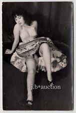 Funny Woman bra upskirt/divertidas mujer en el sujetador * vintage 50s aficionado photo