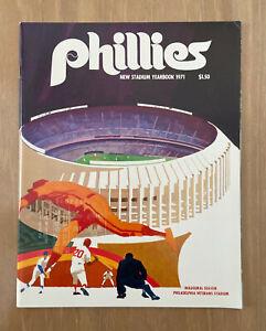 VINTAGE 1971 PHILADELPHIA PHILLIES OFFICIAL BASEBALL YEARBOOK - GREG LUZINSKI