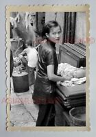 BEAUTIFUL WOMEN LADY BREASTFEED BABY STREET Vintage HONG KONG Photo 23495 香港旧照片