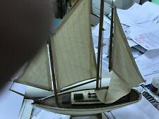 Maquette en bois de bateaux .VOILIER
