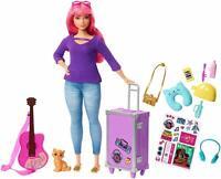 Barbie Muñeca Daisy Vamos de Viaje con Gatito, Equipaje, Guitarra y 9 Accesorios